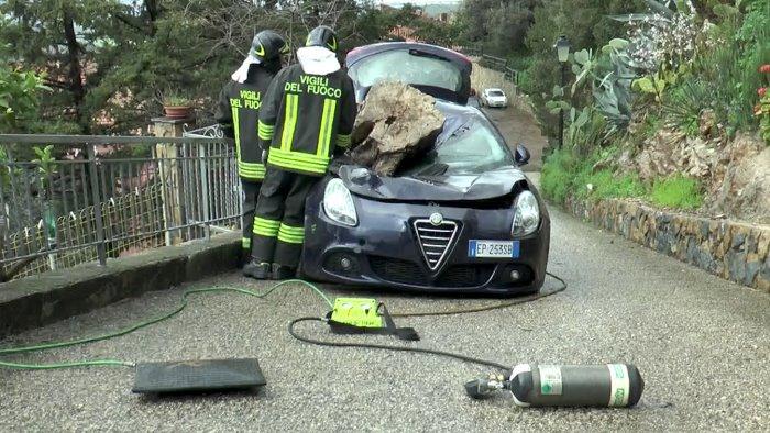 Masso si stacca dal costone a Giungano: auto distrutta e 3 famiglie evacuate