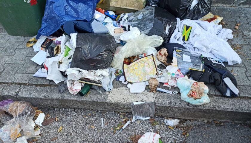 Salerno, in via Buongiorno buste dei rifiuti aperte, trovate anche siringhe
