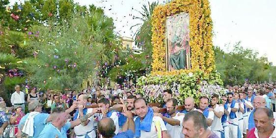 Salerno, bloccarono la processione inveendo contro parroco e carabinieri: sorelle condannate
