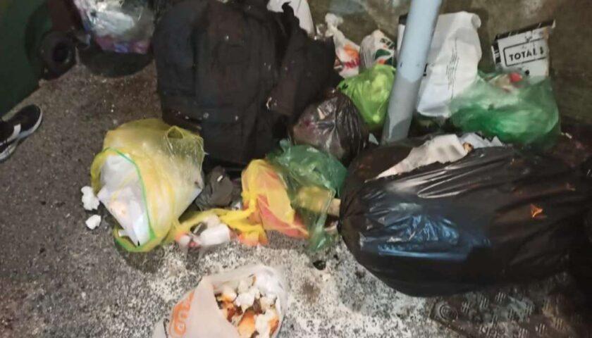 Gli incivili dei rifiuti, dossier di Salerno Pulita: niente differenziata in alcune zone