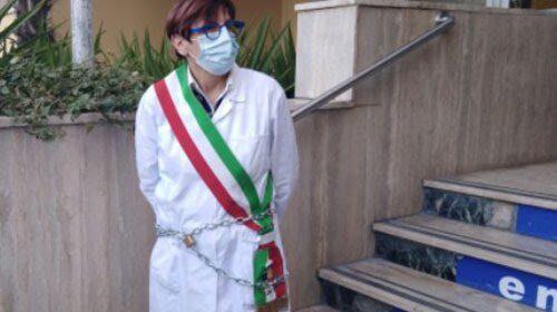 Ospedale di Battipaglia, disagi e troppe criticità: la sindaca si incatena