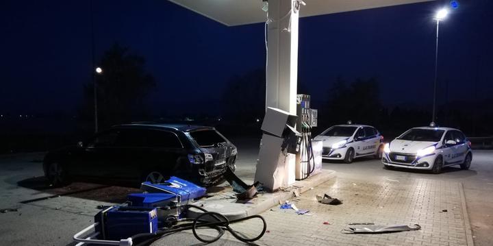 Tentato colpo al distributore, i ladri provocano solo migliaia di euro di danni
