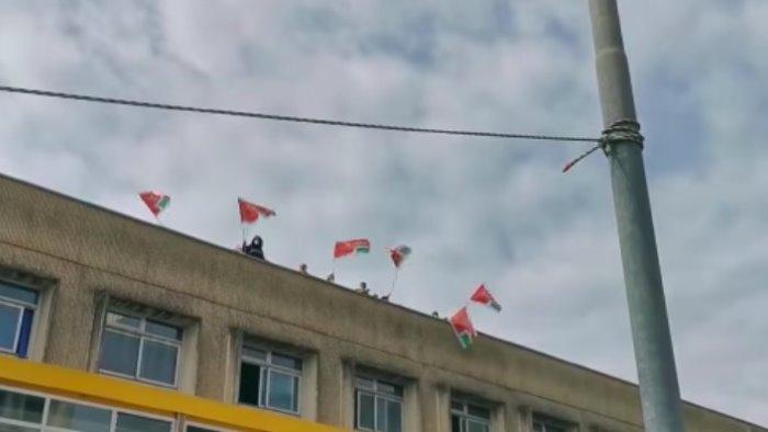 Lavoratori in protesta sul tetto dell'ospedale Ruggi
