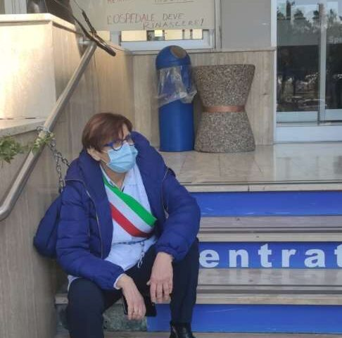 Ospedale di Battipaglia, la sindaca Francese toglie le catene e lunedì incontrerà i vertici dell'azienda