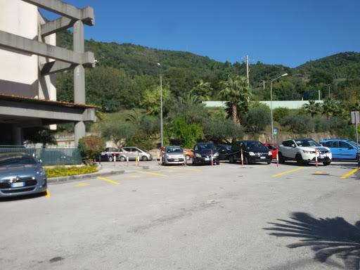 """Salerno, ancora furti nel parcheggio del Ruggi. La Cisl: """"Dipendenti stanchi"""""""
