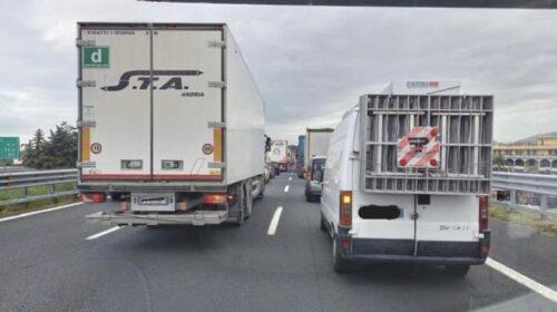 """La rivolta degli ambulanti, in 500 bloccano l'autostrada: """"Vogliamo lavorare"""""""