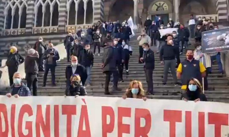 Amalfi, esplode la protesta degli stagionali durante la riapertura della statale 163