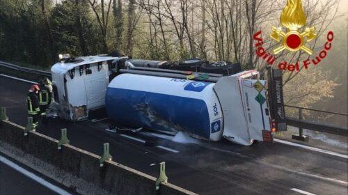 Paura sulla Salerno/Avellino: si ribalta autocisterna con ossigeno. Due feriti