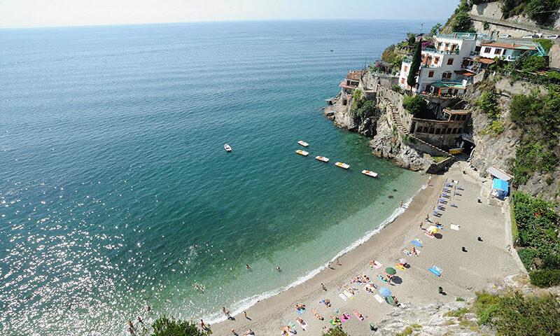 In spiaggia a Cetara a prendere il sole, 3 persone multate