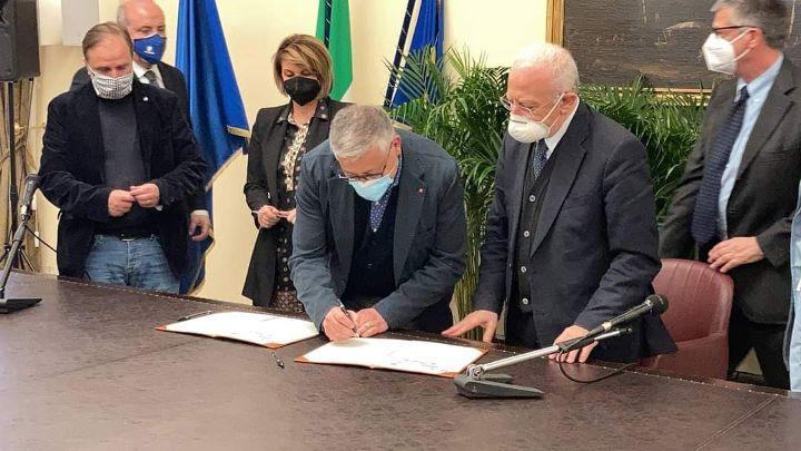 Covid, vaccini nelle aziende. Firmato accordo tra Cgil, Cisl, Uil Campania, Asl e Regione Campania