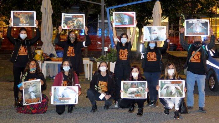 Salerno Animal Save protesta contro la mattanza degli agnelli