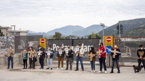 Platani tagliati in via Clark: deposte 14 croci dall'associazione Coraggio Salerno