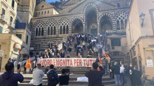 """Turismo, protesta dei lavoratori in mattinata ad Amalfi: """"Vogliamo il lavoro in sicurezza, non il sussidio"""""""