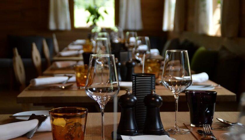 Nei ristoranti mascherine indossate sempre a tavola, fino al consumo dei pasti