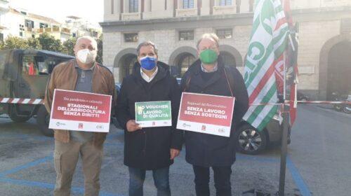 """Lavoratori agricoli e sindacati in piazza Amendola per chiedere la modifica del decreto Sostegni: """"Settori strategici che non possono essere mortificati"""""""