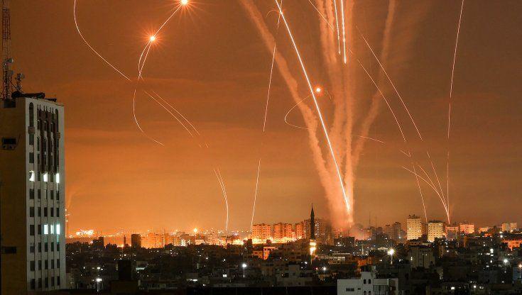 """Escalation Medioriente, Israele attacca Gaza con bombardamenti a tappeto e incursioni di terra: """"Hamas la pagherà molto cara"""""""