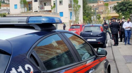 Truffa ad anziani, nasce un inseguimento con spari in aria da parte dei carabinieri davanti alla scuola Alemagna di Salerno