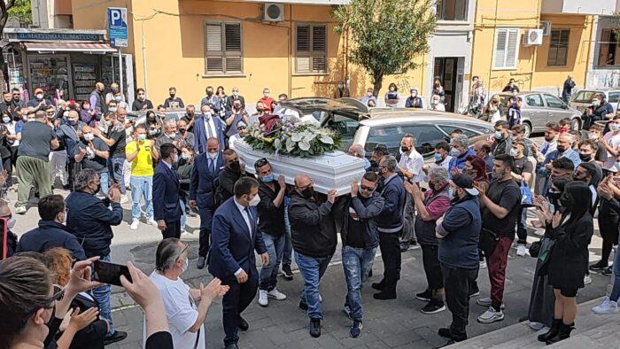 Fiori, applausi e palloncini per l'addio a Loris Del Campo, il tifoso tragicamente scomparso durante i festeggiamenti per la Salernitana