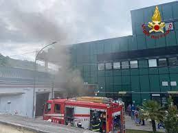 Incendio nel deposito delle Poste in via Paradiso di Pastena a Salerno: si indaga