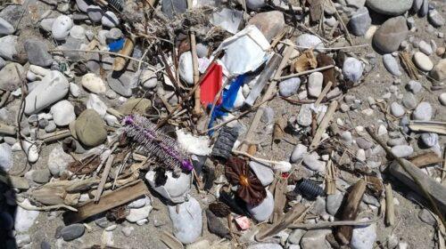 Indagine Beach Litter di Legambiente: nel salernitano 947 rifiuti ogni 100 metri di spiaggia