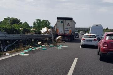 Camion perde carico di detersivi in autostrada a Battipaglia