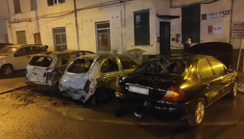 Notte di paura a Sapri, 3 auto in fiamme. Si indaga