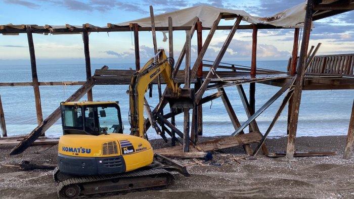 Demoliti dal Comune i resti del lido La Vela di Pontecagnano