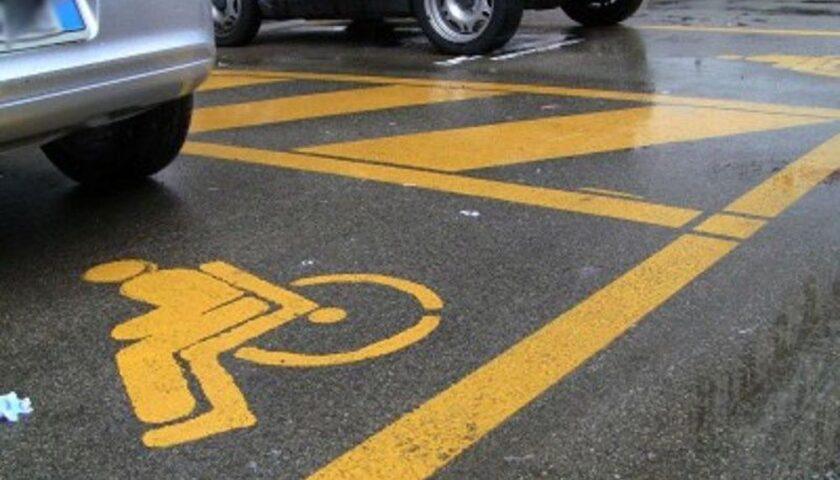 Salerno, la denuncia della Uildm: parcheggi riservati occupati e macchine in sosta su strisce e marciapiedi