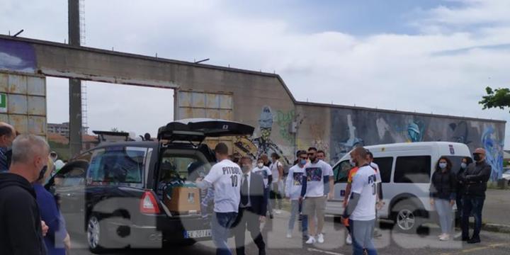 Battipaglia, la salma dello sfortunato Pitbull Viscido allo stadio Pastena per l'ultimo saluto