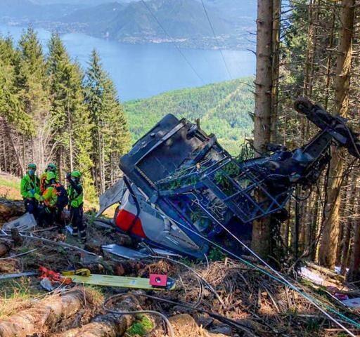Tragedia in Piemonte, si stacca cabina della funivia: 13 morti