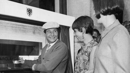 Il 27 giugno 1967 a Londra in funzione il primo sportello bancomat