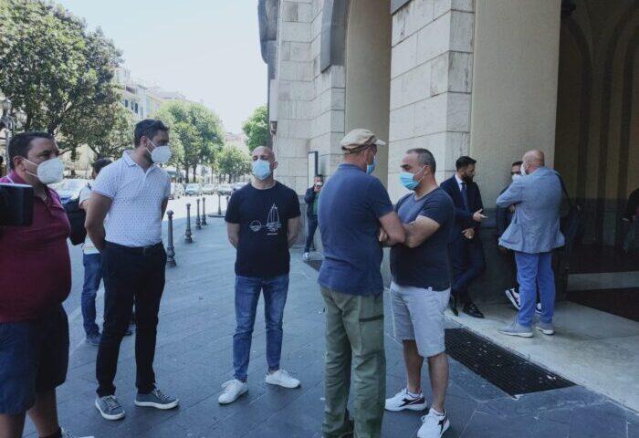 La Fabbrica chiusa, sit in della security sotto palazzo di Città a Salerno