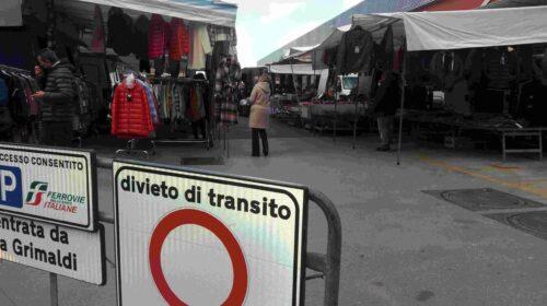 """""""Vicini alla fognatura, qui non lavoriamo"""", protestano i mercatali a Nocera Inferiore"""