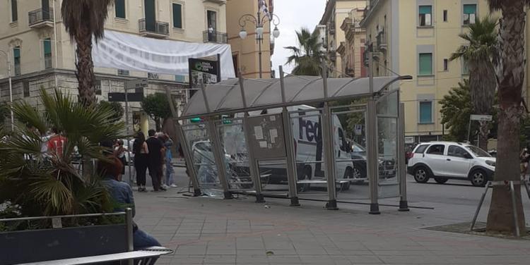 Autista sbanda con il furgone e sfonda pensilina: paura in piazza Malta a Salerno