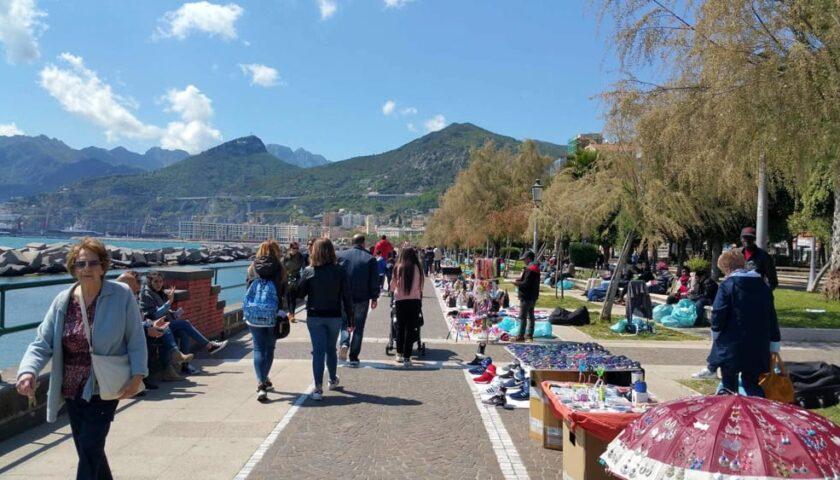 Blitz dei vigili urbani sul lungomare Trieste, sequestrate borse false e altri articoli contraffatti