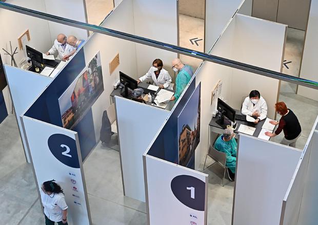Covid, 26 milioni di italiani senza la prima dose di vaccino