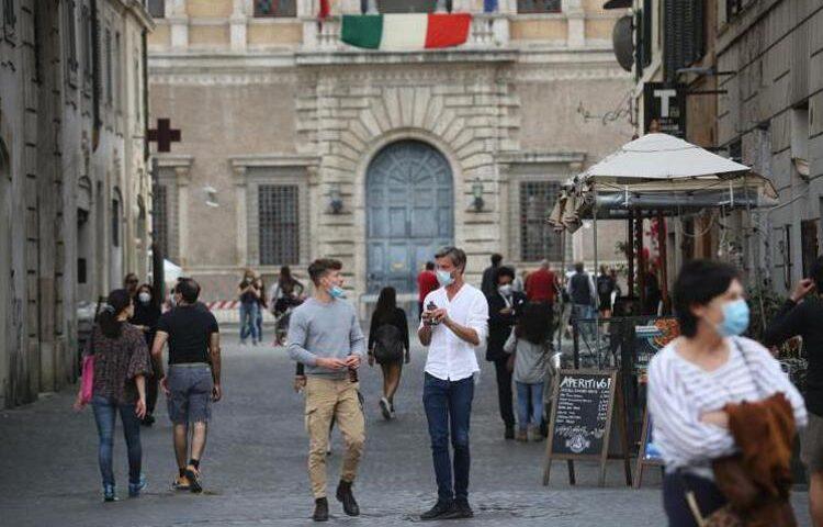 Covid, in Italia Rt stabile. Cala l'incidenza ma preoccupa la variante Delta