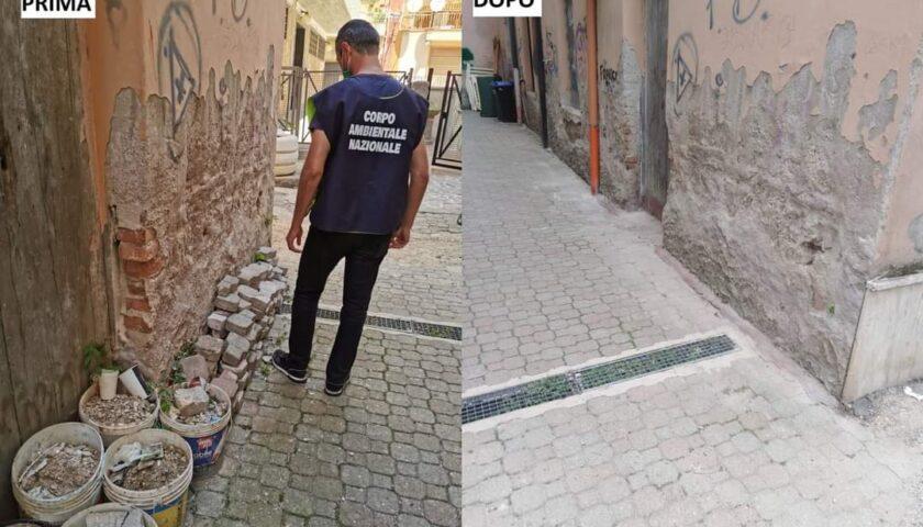 Scarti di laterizi in via Roma a Battipaglia, intervento dei caschi bianchi