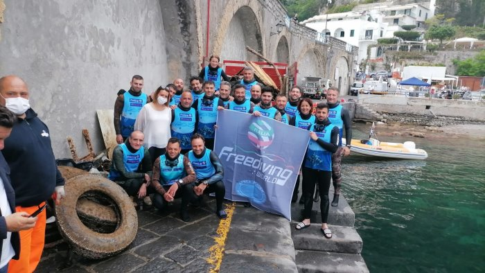 Una tonnellata di rifiuti rimossa nel mare di Amalfi
