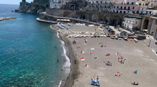 Un accesso giornaliero in spiaggia libera a Minori costa 10 euro ai non residenti