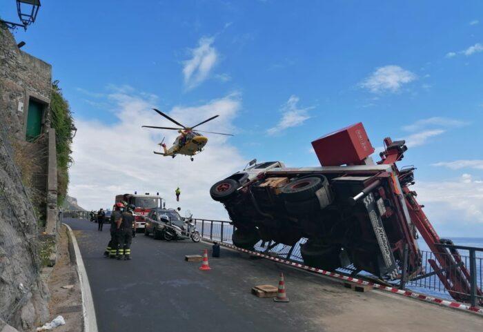Camion gru si ribalta, incidente sul lavoro a Maiori: operaio grave al Ruggi