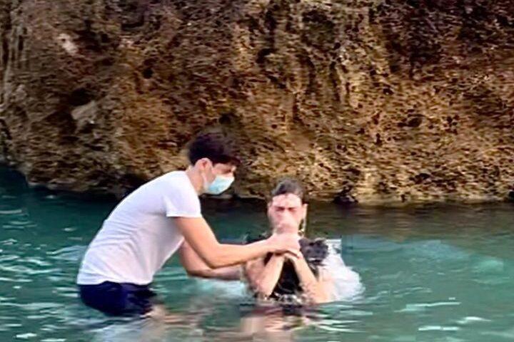 Battesimo nel mare di Salerno per alcuni nuovi Testimoni di Geova