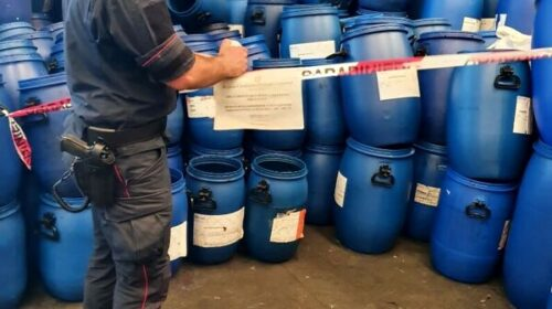 Pagani, 200 bidoni con residui pericolosi: sequestro e denunciato il titolare dell'azienda