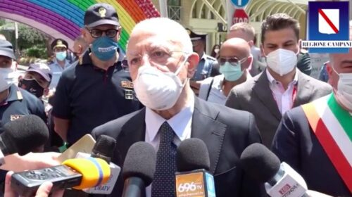 """De Luca a Giffoni: """"Ragazzi, usate sempre la mascherina: non è un martirio"""""""