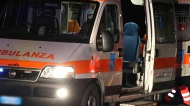 Scivola e batte la testa in piazza Centola a Pontecagnano: 21enne ricoverato in codice rosso