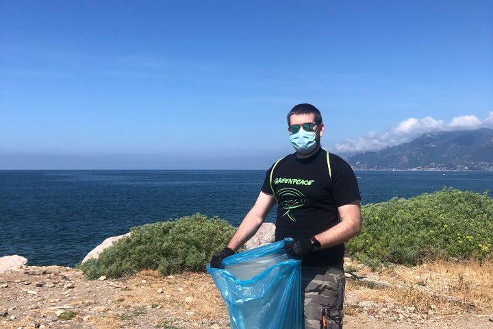 Greenpeace e Vogliamo un mondo pulito raccolgono rifiuti sul litorale Allende a Salerno