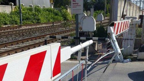 Resta incastrato con l'auto nel passaggio a livello: circolazione ferroviaria bloccata tra Napoli e Salerno