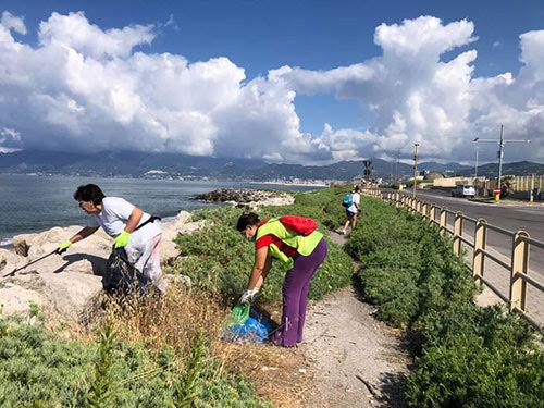 """Salerno, volontari di """"Voglio un mondo pulito"""" raccolgono 80 kg di rifiuti sul litorale Allende"""