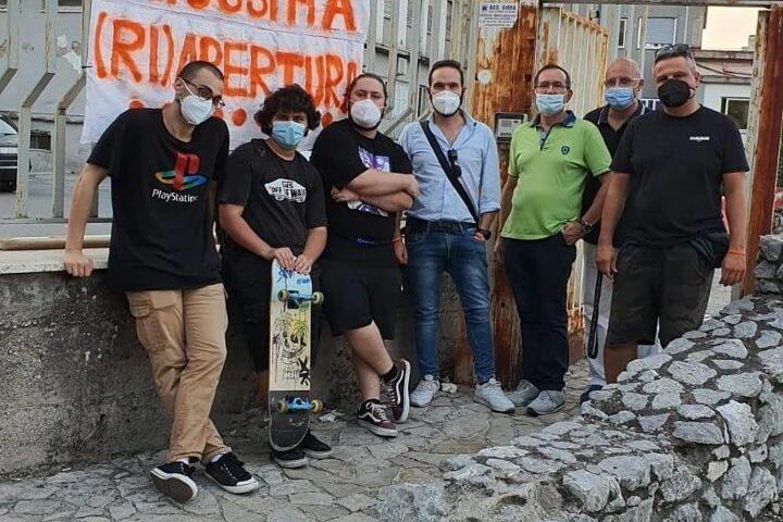 """Ospedale di Scafati, dopo 10 anni il futuro è ancora un rebus: sit-in pacifico degli attivisti di """"Scafati Arancione"""" davanti allo Scarlato"""