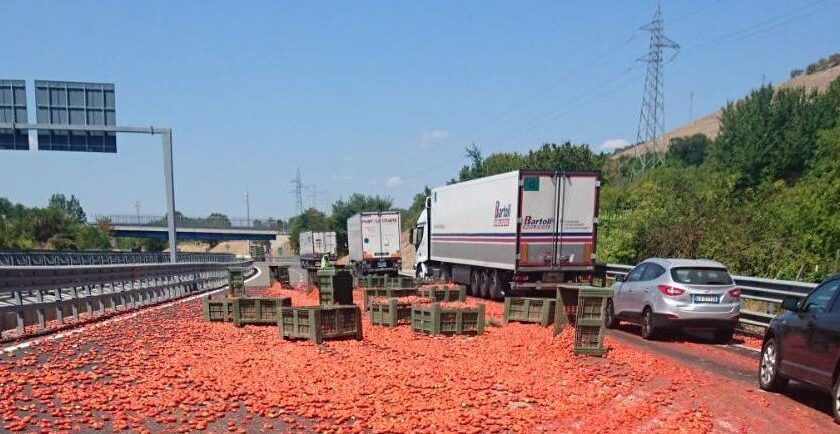 Tir perde carico, traffico in tilt tra Salerno e Pontecagnano